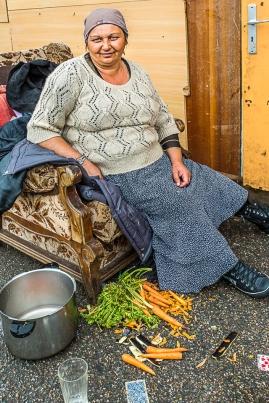 Ştempa fait partie d'une des 17 familles qui vivaient loin de tout au campement du Quartier de l'Eure. Pas de problèmes de voisinage, au contraire, une certaine entraide de la part des voisins. Une centaine de personnes, les enfants sont tous scolarisés, à l'école voisine pour la plupart.